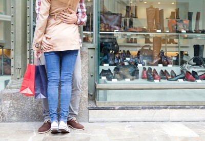 couple-magasin-chaussure