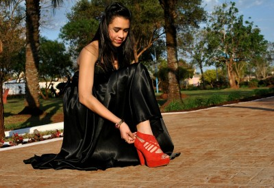 femme-robe-noir-chaussure-rouge