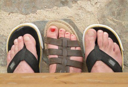 Avec quels vêtements porter des sandales plates ?