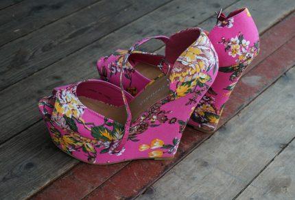 Chaussures compensées : comment les porter ?